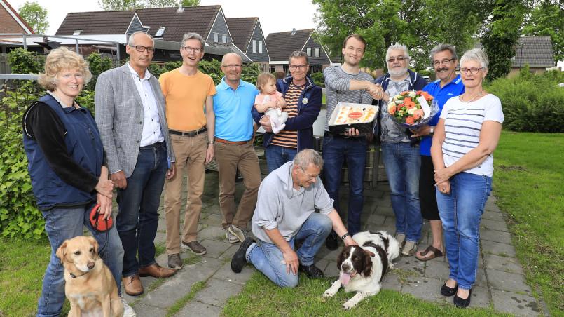 Initiatiefnemer van de 200e Buurkrachtbuurt Folsgeare Mario Grims (met bloemen) en zijn buren, samen met buurtbegeleiders Michel Hania (met taart) en Sicco Boorsma (tweede van li